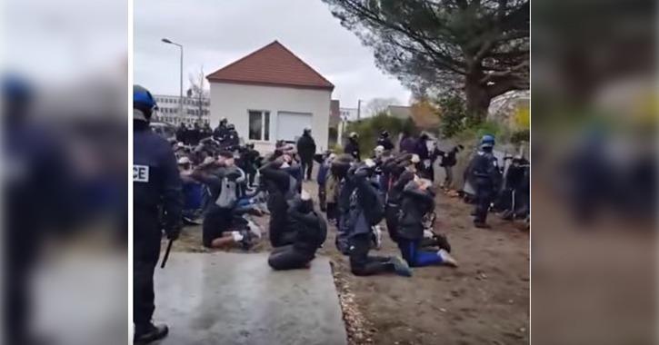 شاهد تعامل الشرطة الفرنسية مع طلاب تظاهروا ضد سياسات التعليم