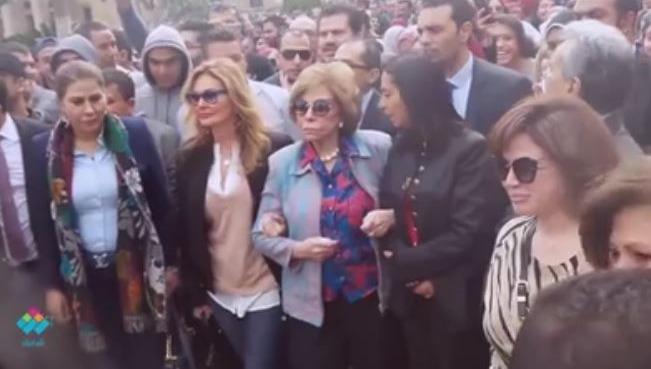 إلهام شاهين ويسرا تقودان مسيرة بحرم جامعة القاهرة بمناسبة للتضامن مع النساء اللاجئات