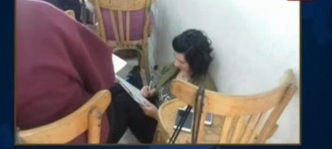 طالبات كلية الآداب جامعة الإسكندرية يؤدون الامتحان على الأرض: «كراسي القهوة مش مكفية»