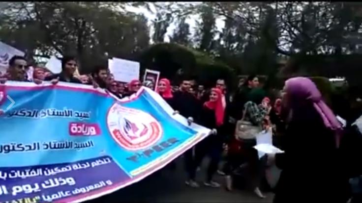 بالطبول والمزمار.. مسيرة لمناهضة التحرش بجامعة المنصورة