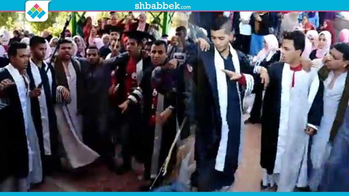 بالمزمار البلدي و«الجلاليب».. حفل تخرج طلاب تربية سوهاج (فيديو)