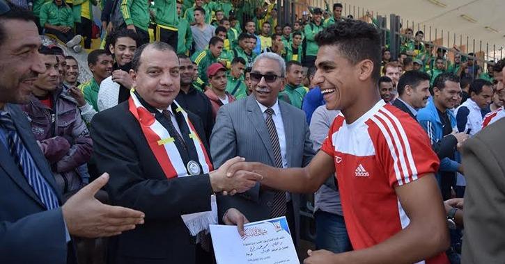 رئيس جامعة بني سويف يشهد مباراة كرة قدم بين الطلاب