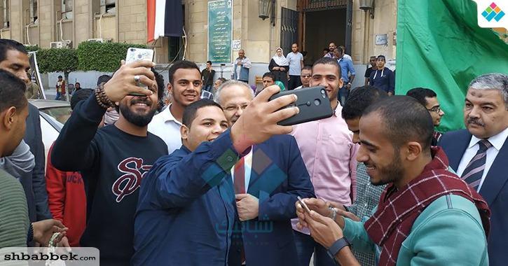 الطلاب يلتقطون صور «سيلفي» مع رئيس جامعة القاهرة أثناء تفقد لجان الانتخابات