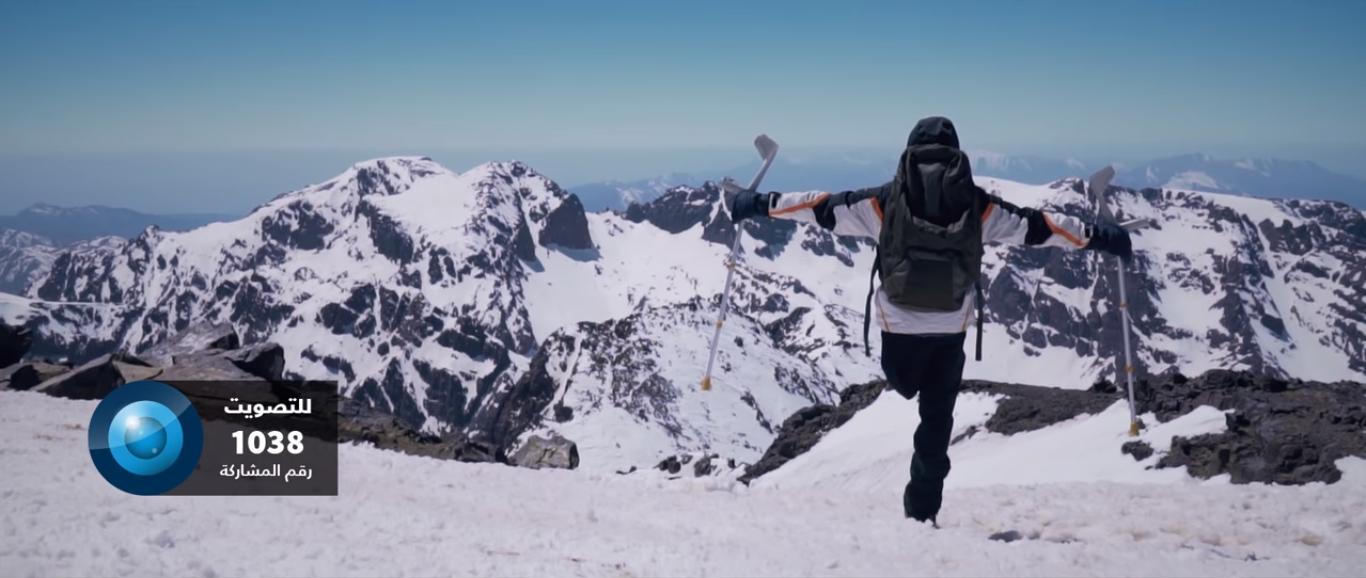 بقدم واحدة.. شاب مغربي يغامر فيصل لقمة جبل «توبقال» (فيديو)