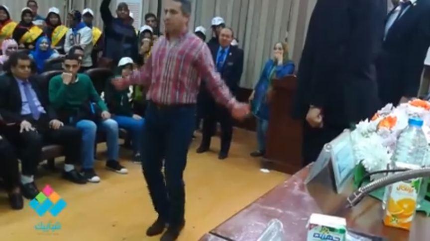المتحدث العسكري السابق بيلعب «نط الحبل» مع طلاب كلية دار علوم جامعة القاهرة