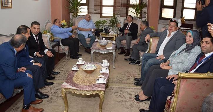محافظ بني سويف يستقبل وفد جامعة عين شمس ضمن فعاليات القافلة الشاملة