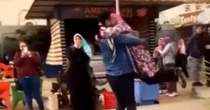 أول تعليق لصاحب واقعة «حضن المنصورة»: أمي مبتكلمنيش والناس بتحب الفضائح (فيديو)