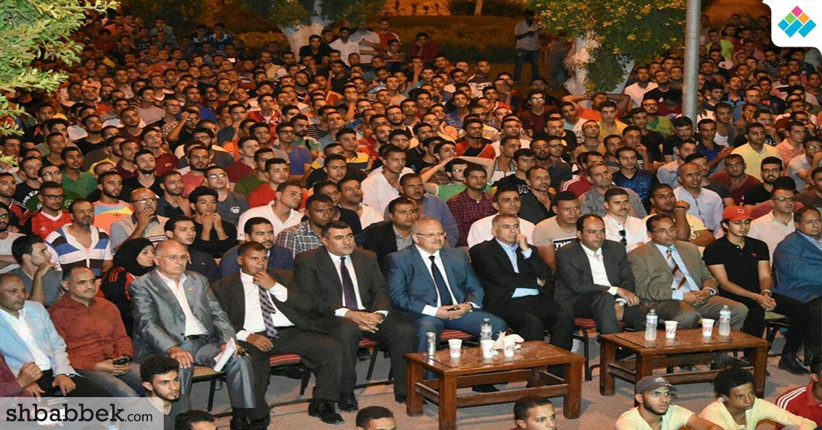 رئيس جامعة القاهرة يشارك مئات الطلاب مشاهدة مباراة مصر والكونغو (صور)