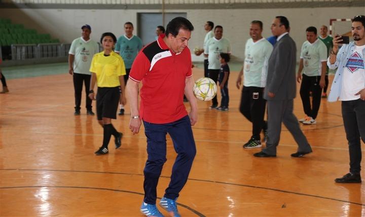 وزير التعليم العالي يلعب كرة قدم في جامعة المنصورة