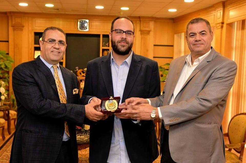 ملقب بـ«قاهر المستحيل».. رئيس جامعة المنصورة يكرم الدكتور مينا ميشيل
