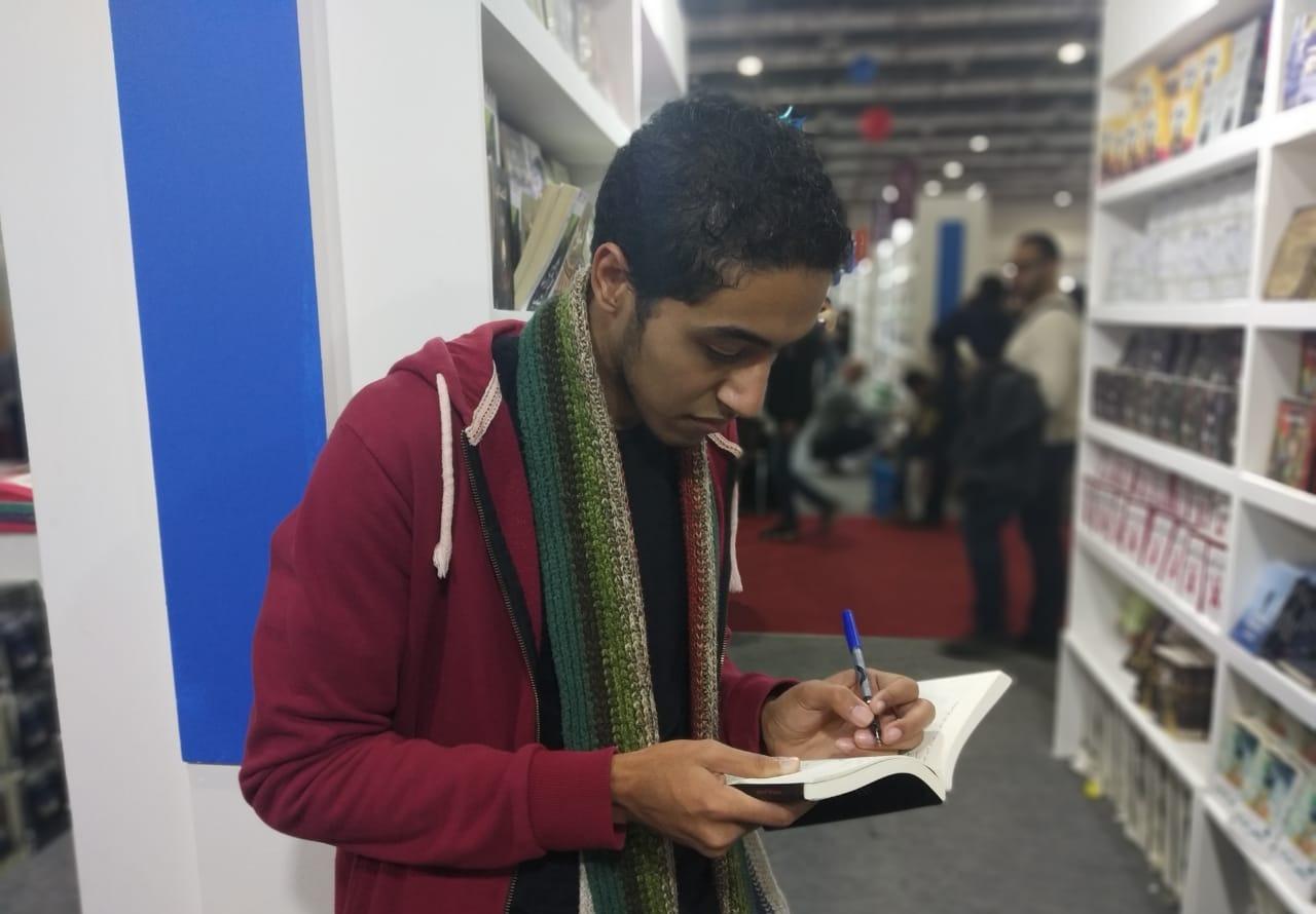 طالب بآداب حلوان يشارك في معرض الكتاب ضمن مجموعة قصص «المخوفتية»