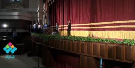 الطفل يوسف فرح يغني وبحبك وحشتيني من على مسرح جامعة القاهرة