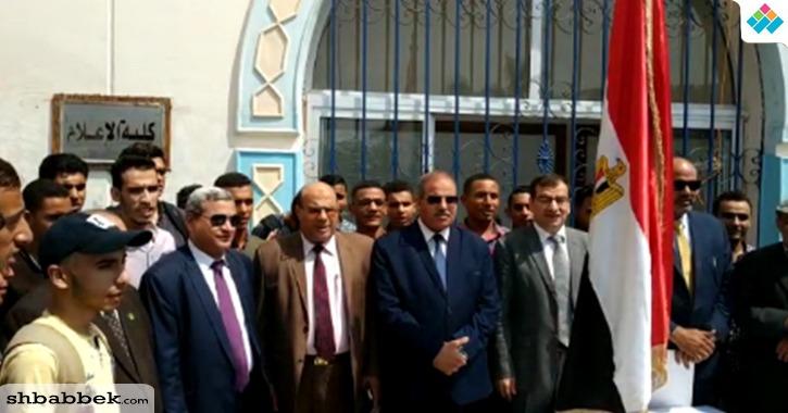 تحية العلم أمام كلية الإعلام بجامعة الأزهر في أول أيام الدراسة