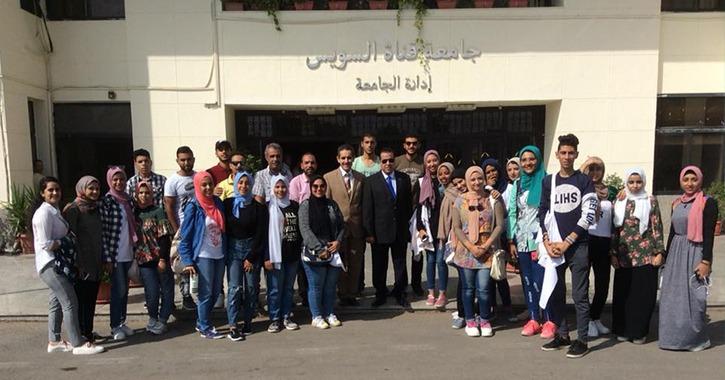 طلاب بجامعة «القناة» يجملون شوارع الإسماعيلية احتفالا بذكرى أكتوبر