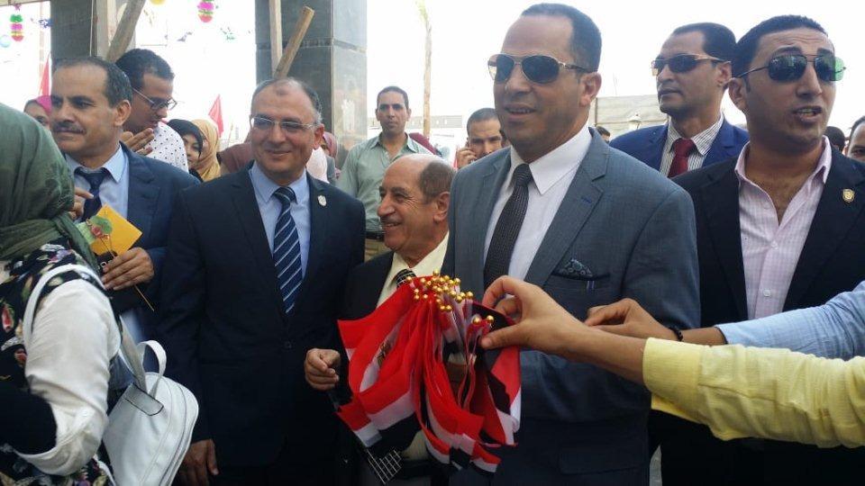 رئيس جامعة دمنهور يستقبل الطلاب بالورود والأعلام