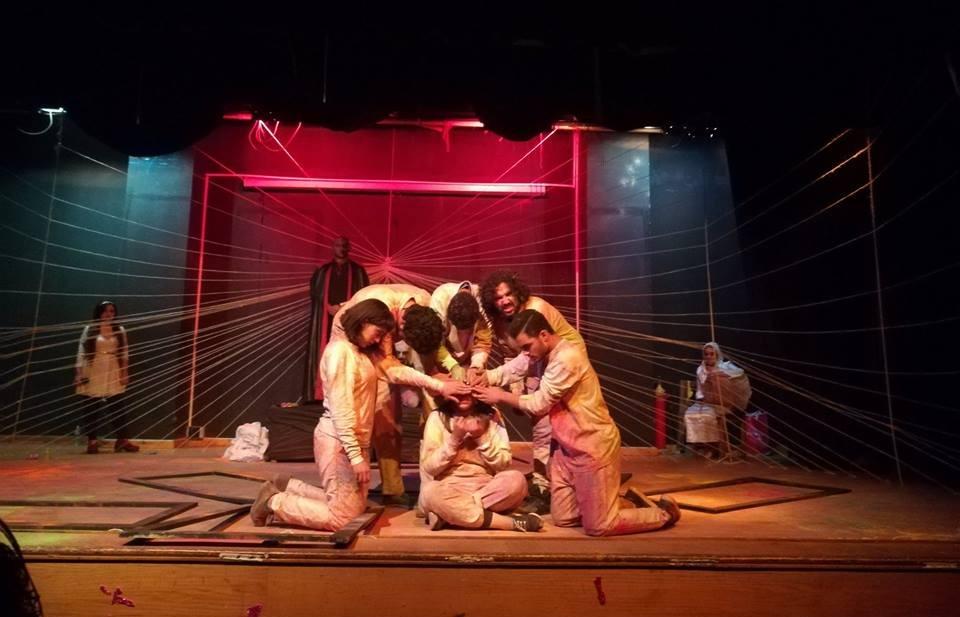 «الهوامش».. فريق علاج طبيعي القاهرة يناقش «حب السلطة» في عرضه المسرحي