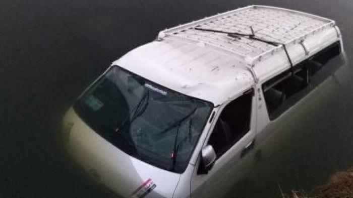 مصرع 8 وإصابة 16 بعد غرق سيارة محمّلة بالعمالة اليومية في البحيرة