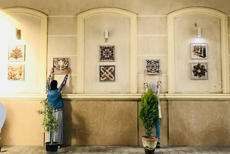 طلاب فنون تطبيقية حلوان يزينون مدخل الكلية بالرسومات والزخارف «صور»