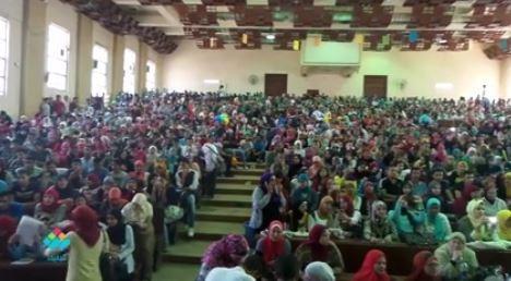 تفاعل طلاب تجارة القاهرة مع أغنية راب في حفل الاستقبال