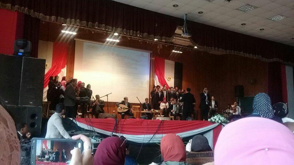 فريق كورال جامعة المنصورة يغني أوبريت «حق الشهيد»