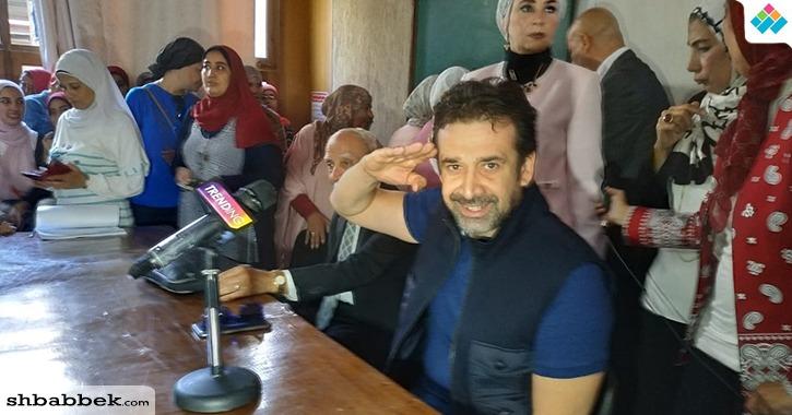طالبة بجامعة حلوان تغازل الفنان كريم عبد العزيز.. ماذا قالت؟
