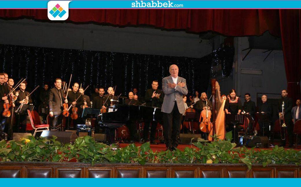 صور  «عمر خيرت» يبدأ حفله في جامعة القاهرة بالموسيقى الوطنية