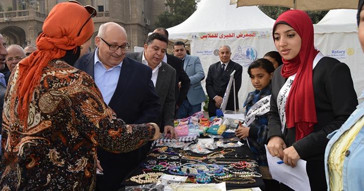 افتتاح المعرض الخيري للملابس في جامعة عين شمس