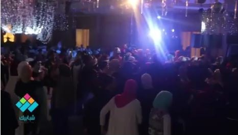 على أنغام أغنية «احنا بتوع ربنا».. طلاب تجارة القاهرة يرقصون خلال حفل التخرج