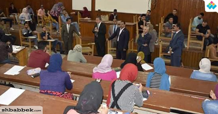 رئيس جامعة السويس داخل لجان الامتحان: المشاركة في الاستفتاء واجب وطني