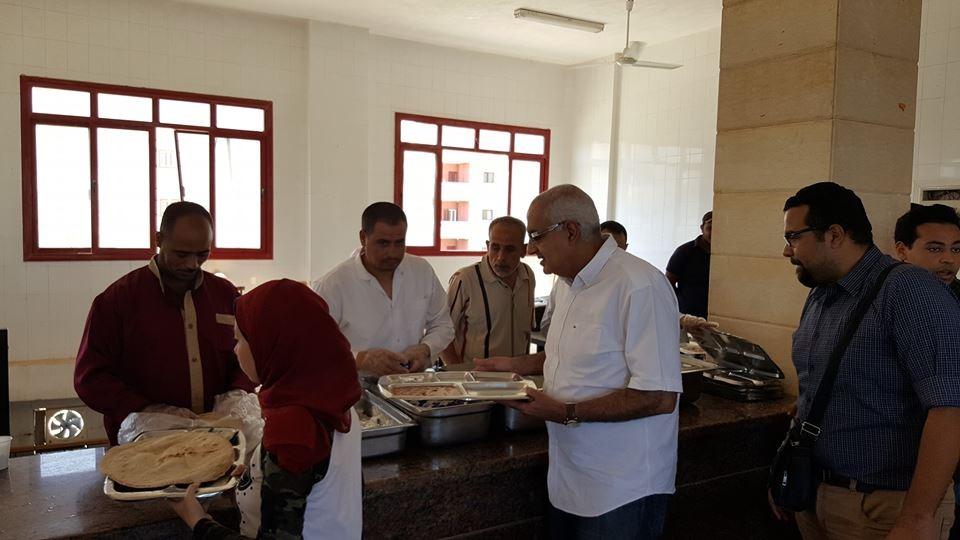 نائب رئيس جامعة المنصورة يتناول الإفطار مع طلاب المعسكر الدائم (صور)
