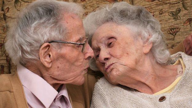 معمران يحتفلان بعيد زواجهما الـ80.. تعرف على قصتهما منذ الحرب العالمية
