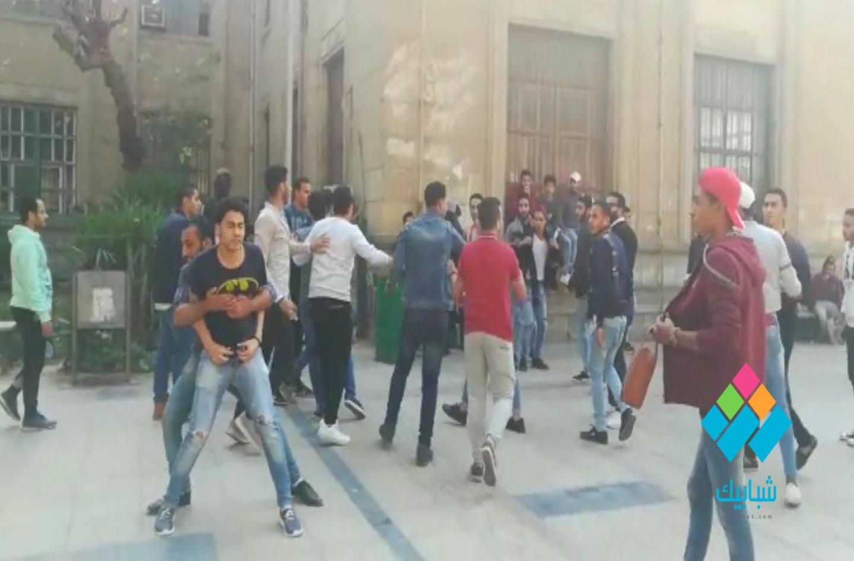 http://shbabbek.com/upload/خناقة بجامعة القاهرة بسبب «ضحكة» طالبة (فيديو)