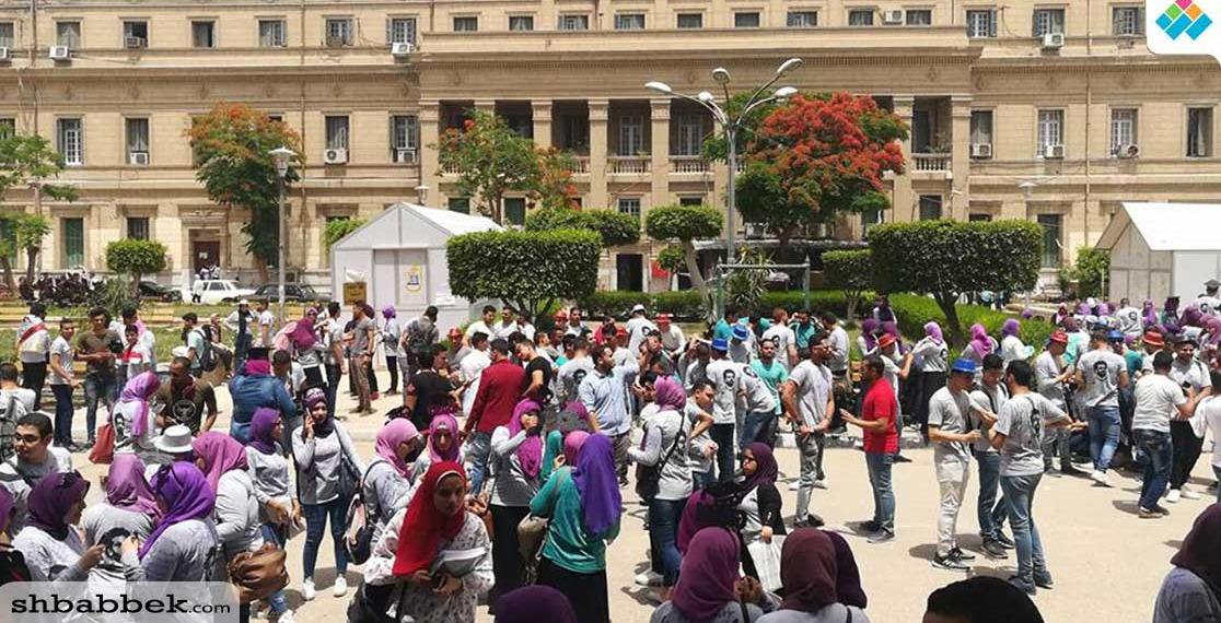 مئات الطلاب يدعمون اللاعب محمد صلاح في جامعة القاهرة «صور»