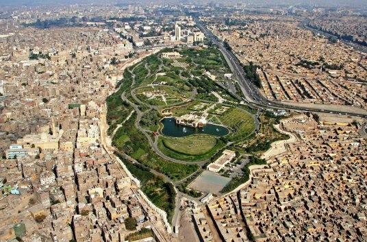 ما تنظرون إليه في تلك الصورة هي حديقة الأزهر، رئة القاهرة